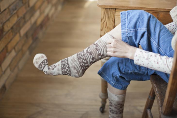 靴下を履く女性の画像