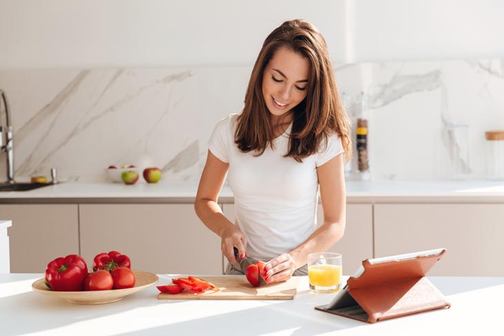 自炊する女性の画像
