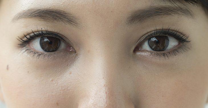 眼輪筋ストレッチする女性の画像