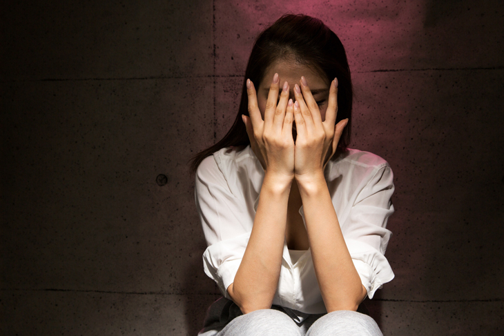 眼窩脂肪除去の失敗で悩む女性の画像