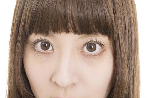 目の下のくぼみの画像
