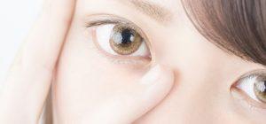 眼窩脂肪の原因を考える女性のイメージ画像