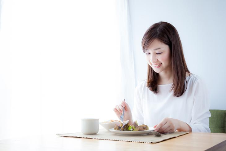 潤い肌をつくる食事をする女性の画像