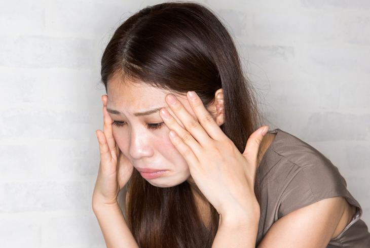 ダイエット後の顔のたるみに悩む女性の画像
