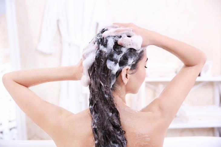 頭皮マッサージをする女性の画像