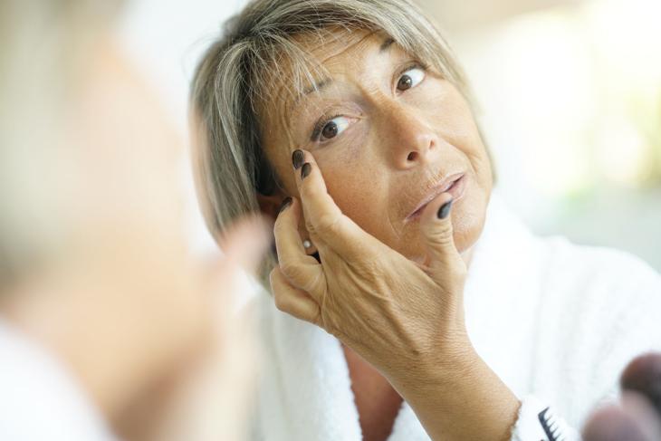 乾燥肌に悩む女性のイメージ画像