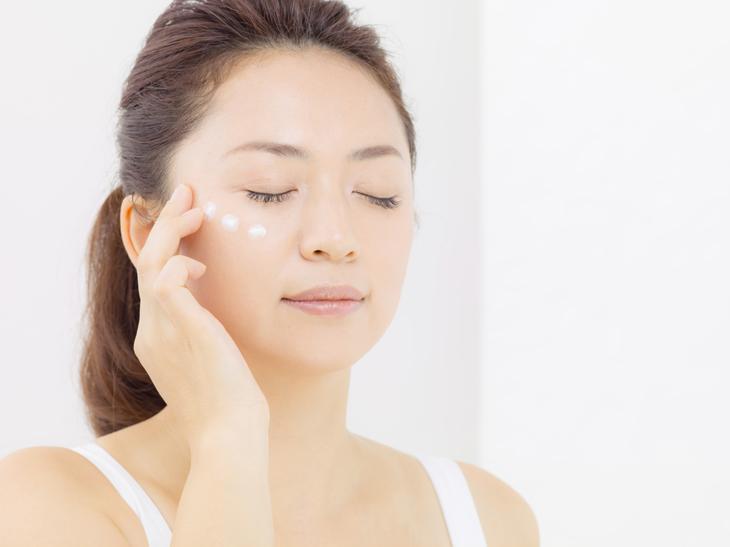 顔のたるみのためにマッサージをする女性の画像