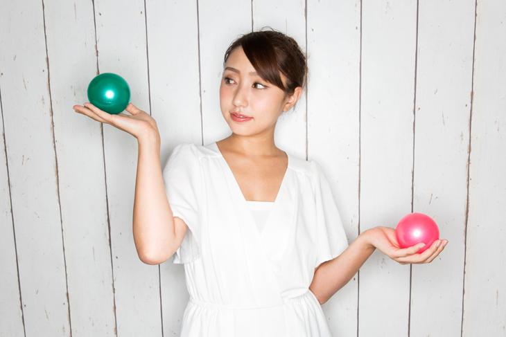 眼輪筋トレーニングのデメリットを伝える女性の画像