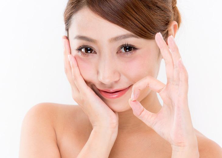 顔のたるみを改善した女性のイメージ画像
