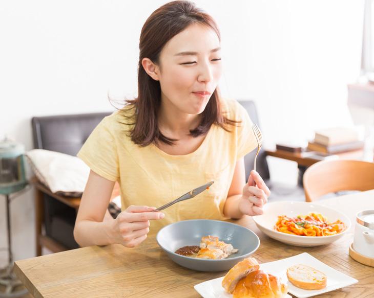 栄養が偏って肌がザラザラしている女性の画像