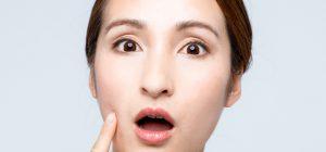たるみ顔の原因に驚く女性の画像