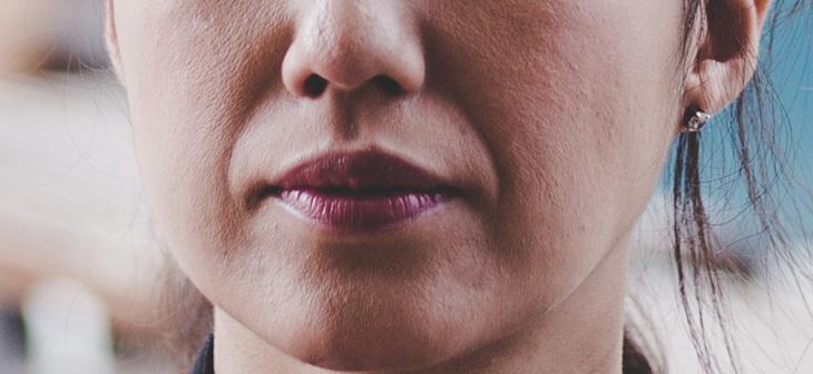口角が下がっている女性の画像