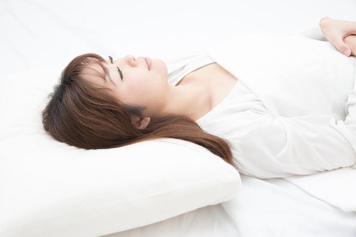 上向きに寝る女性の画像