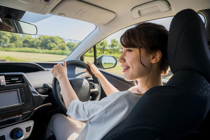 車を運転する女性の画像