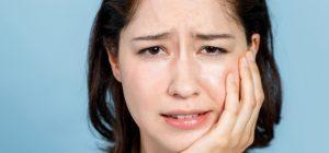 顔の片側のたるみに悩む女性の画像