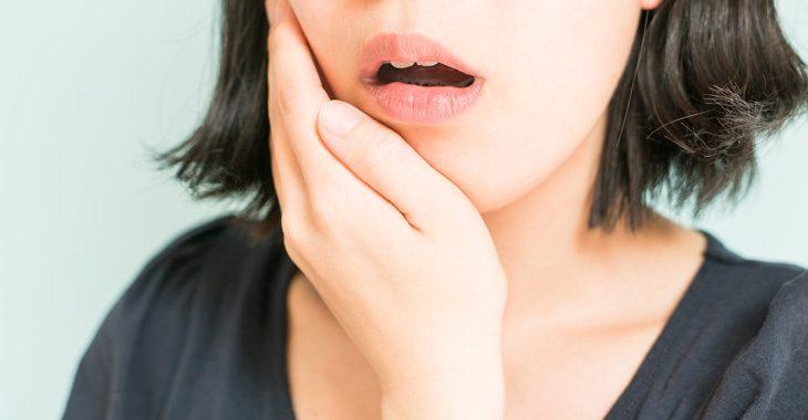 顔のたるみを予防する女性の画像