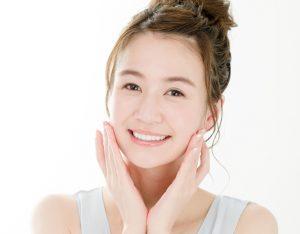 顔のたるみのマッサージをする女性の画像