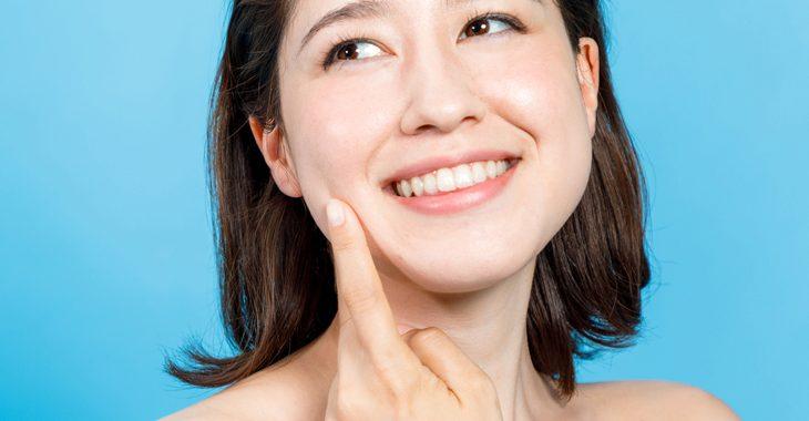 顔のたるみ解消グッズを使う女性の画像