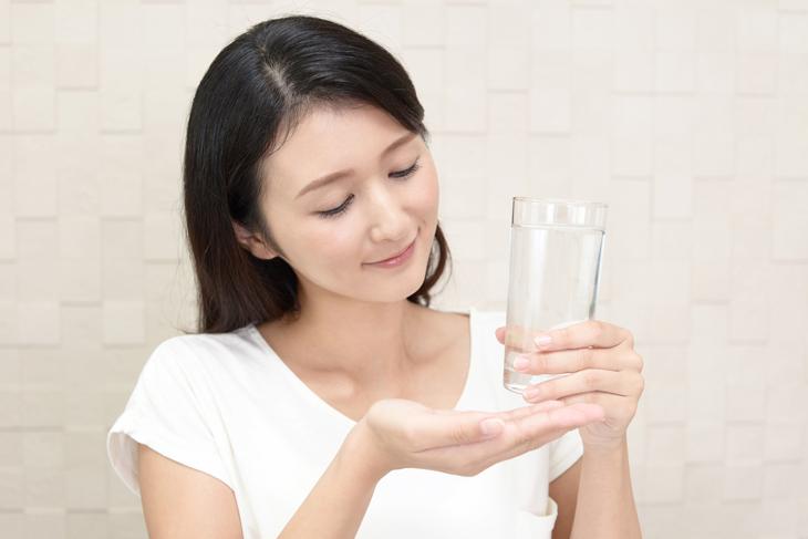 コラーゲンサプリを飲む女性の画像