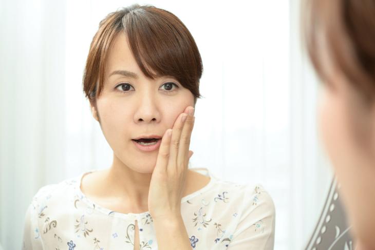 肌荒れに悩む女性の画像