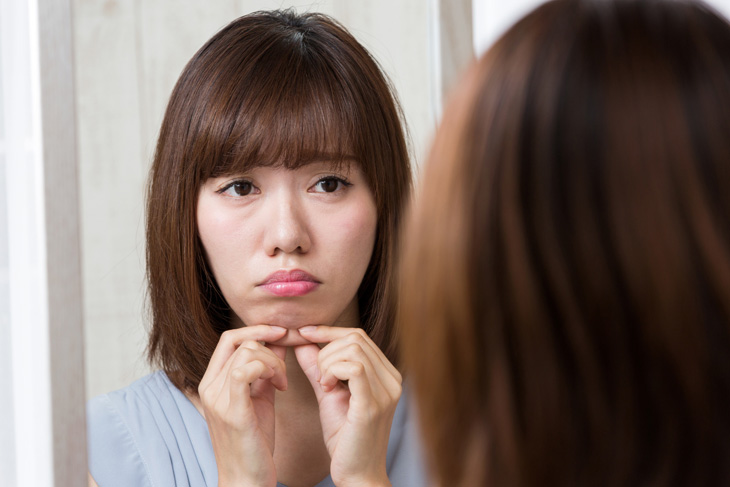 顔のたるみが気になる女性の画像