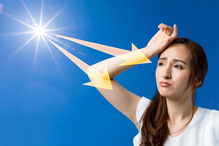 肌をボロボロにする紫外線を浴びる女性の画像