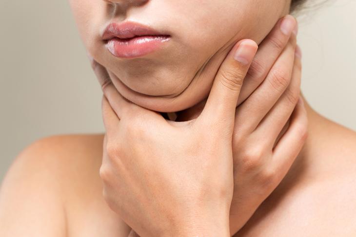 顔の皮のたるみを気にする女性の画像