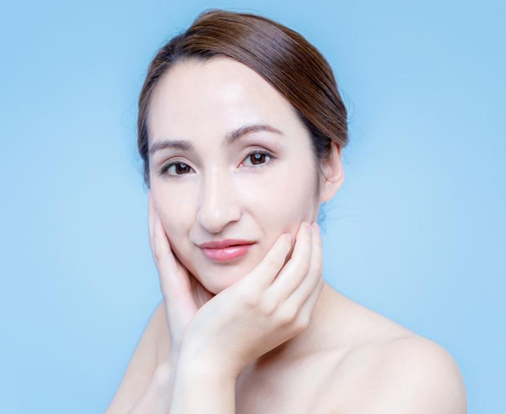 顔の皮のたるみについて考える女性の画像