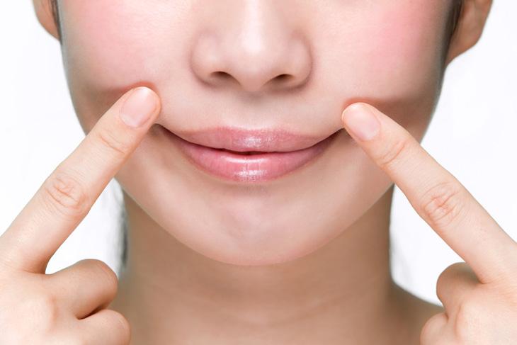 口角を上げる女性の画像