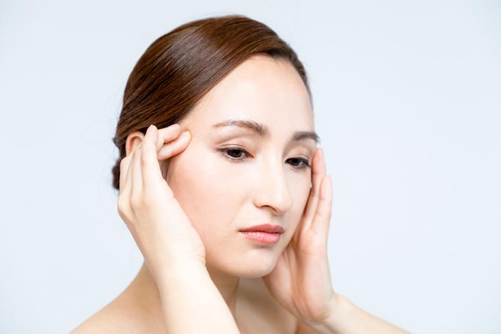 顔のタルミに悩む女性の画像