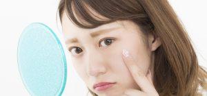 顔の毛穴のたるみに悩む女性の画像