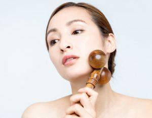 顔のたるみ用美顔ローラーを使う女性の画像