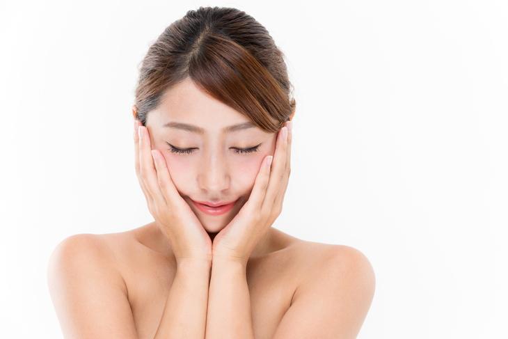 顔のたるみ解消サプリメントで効果を実感する女性の画像