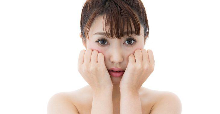 顔のむくみによるたるみに悩む女性の画像