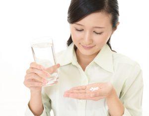 顔のたるみ用サプリを飲む女性の画像