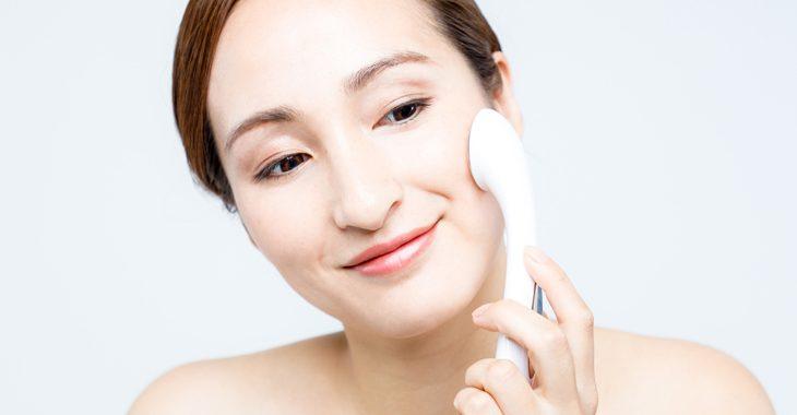 顔のたるみ解消に美顔器を使う女性の画像