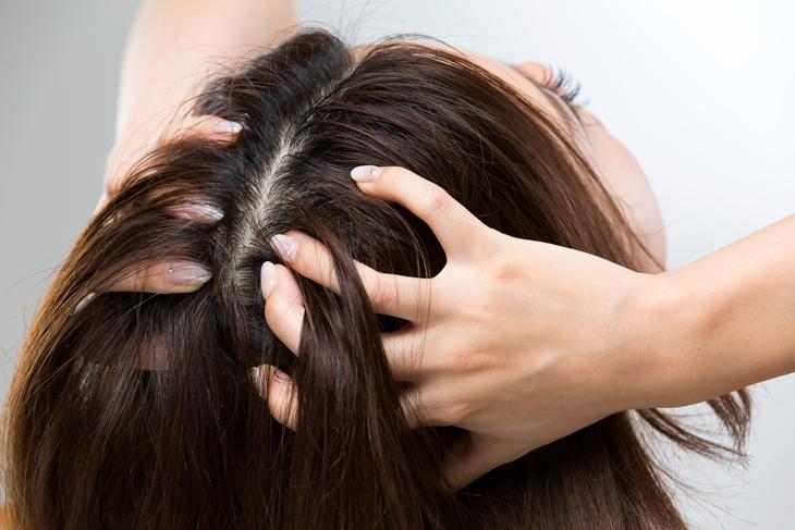 頭皮ケアをしている女性の画像