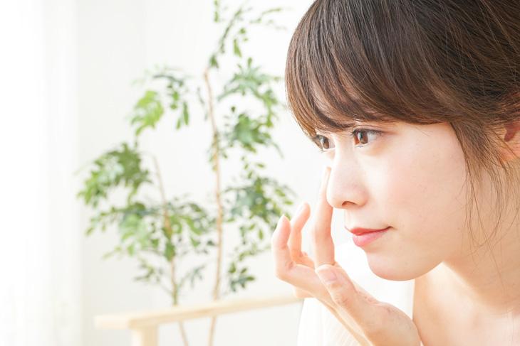 顔のたるみ用の化粧品を使う女性の画像