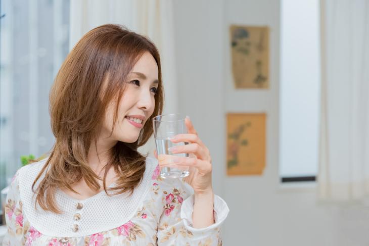 寝る前にサプリメントを飲む女性の画像