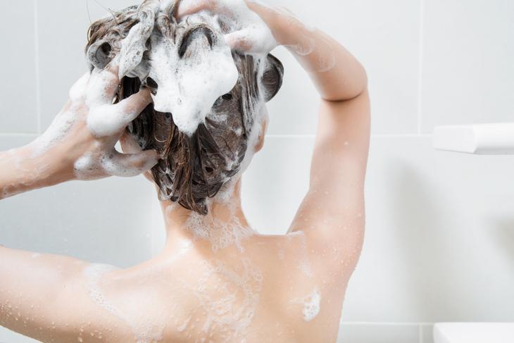 シャンプーをする女性の画像