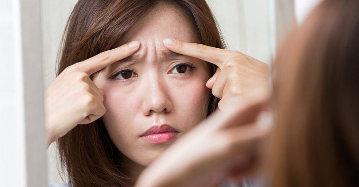 眉間のしわが気になる女性の画像