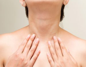 首のしわに悩む女性の画像