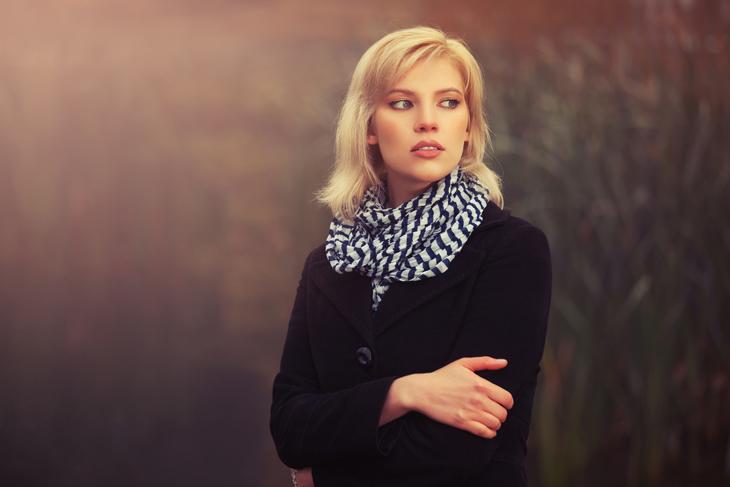首のしわ対策にストールを巻く女性の画像