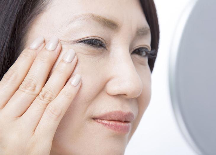 肌のザラザラ解消に乾燥対策をする女性の画像