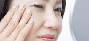 しわを化粧品で改善したい女性の画像