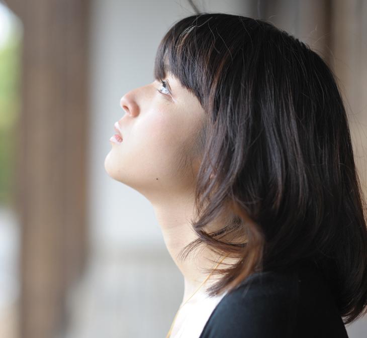 上を見上げている女性の画像