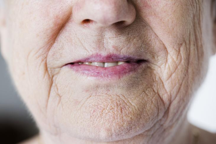 おばあさんのしわの画像