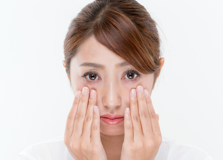 目元の乾燥を改善したい女性の画像