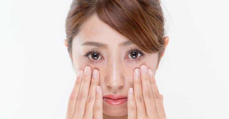 目の下のしわの原因を知りたい女性の画像