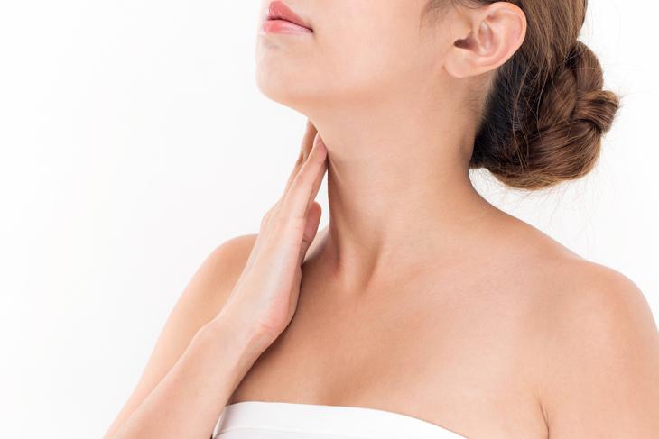 首のしわにクリームを塗る女性の画像